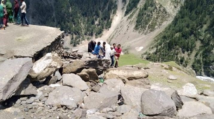 11 Students Killed As Picnic Turns Bloody In South Kashmir - Digpu