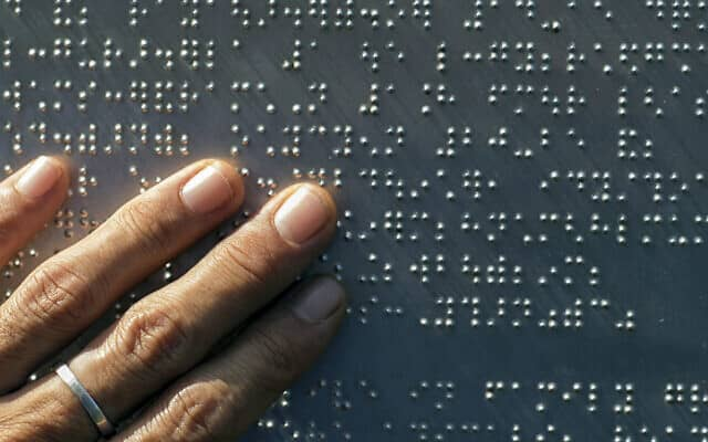 Brain can combine natural, artificial vision to help treat common form of blindness